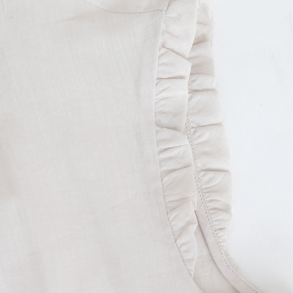 袖アップ(フリルは片側だけに付いています)