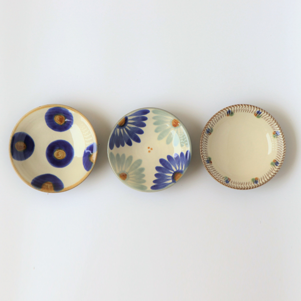 左から円染付、青釉菊文、飛鉋