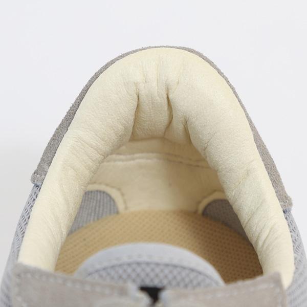 履き口には柔らかなレザーを使用