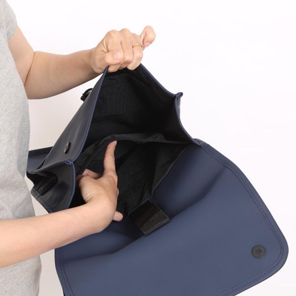 内部背中側にパソコン用の収納ポケットつき
