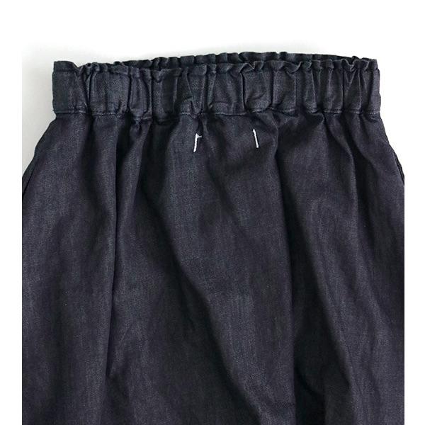 光沢があり、綺麗な印象のデニムスカート
