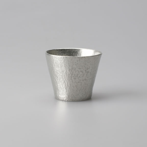 錫のタンブラー(槌目付け後)