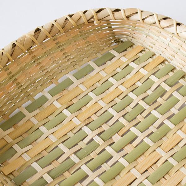 真竹の表皮の色と内側の白い肉部分を交互に編むことで2つの色目が楽しめます