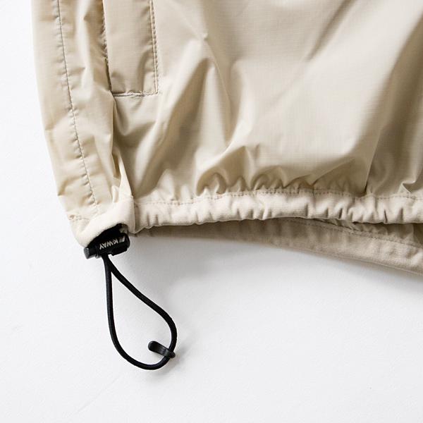 フードや裾はドローコード付きで、フィット感を調整可能