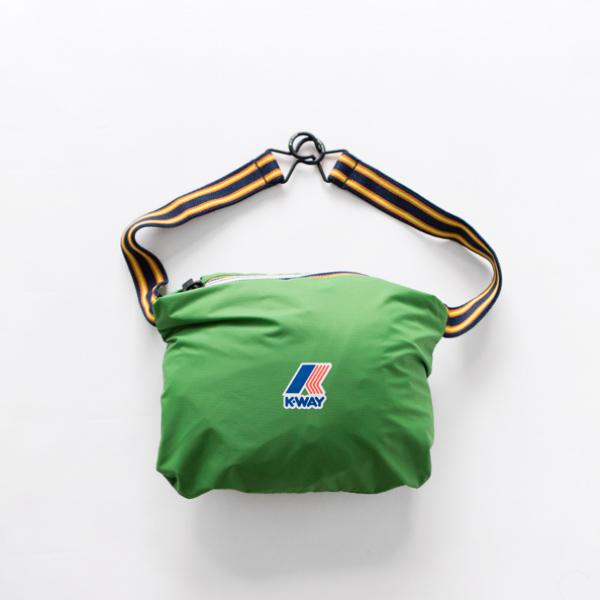 右ポケットをひっくり返すようにして、小さくまとめられるパッカブルタイプ