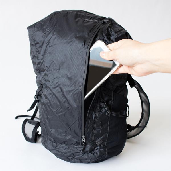 フロントポケットは縦ファスナーで、リュックを背負ったままでも開閉できます。
