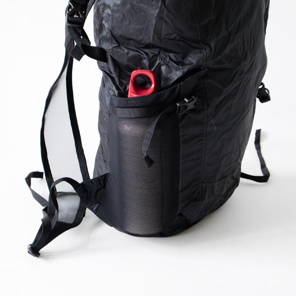 深さのあるサイドのポケットはストラップ付きで中身を固定できます