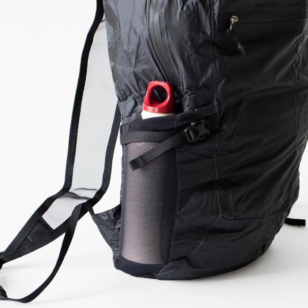 深さのあるサイドポケットはストラップ付きで中身を固定できます。