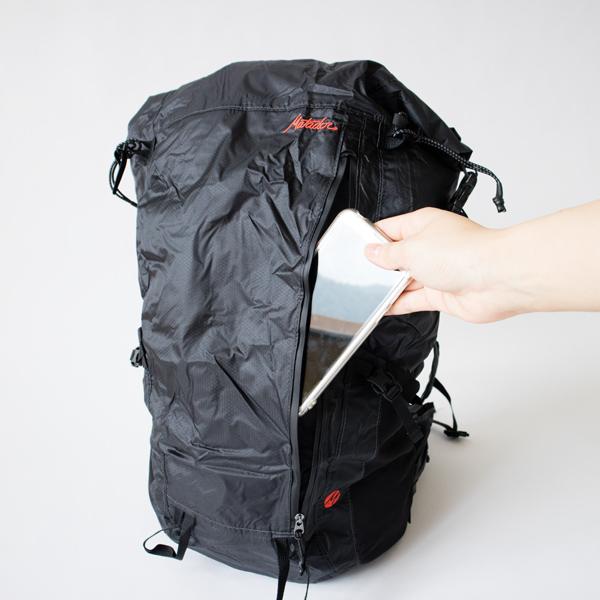 フロントポケットは縦型なので、リュックを背負ったままでも開閉できます。
