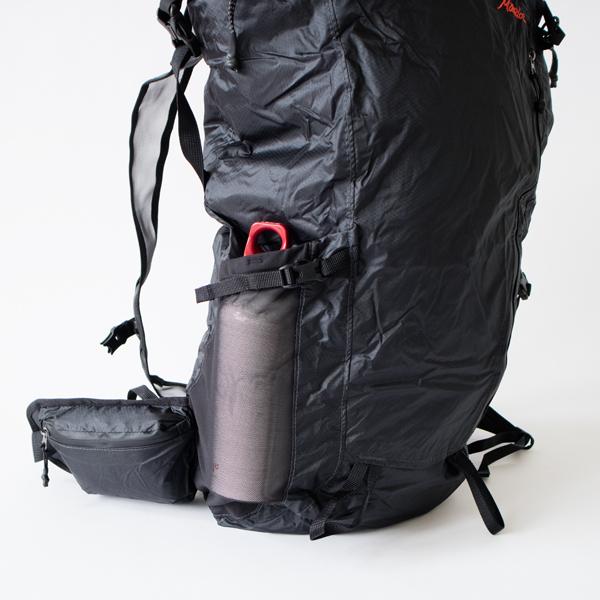 深型のサイドポケットは、ストラップ付きで中身を固定できます。