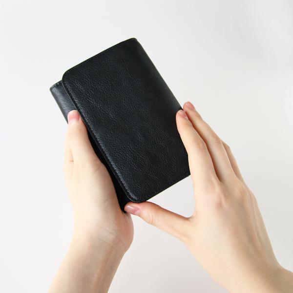 手に収まりの良いコンパクトなサイズ感と、長財布に負けない収納量が魅力