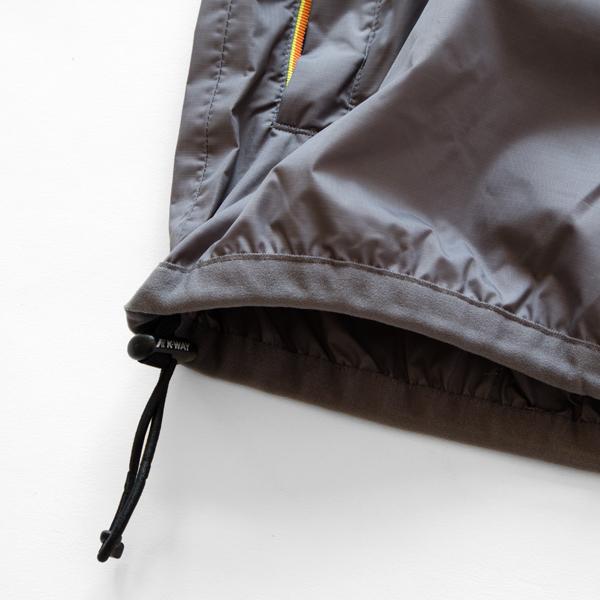 フードや裾はドローコード付きでフィット感を調整可能