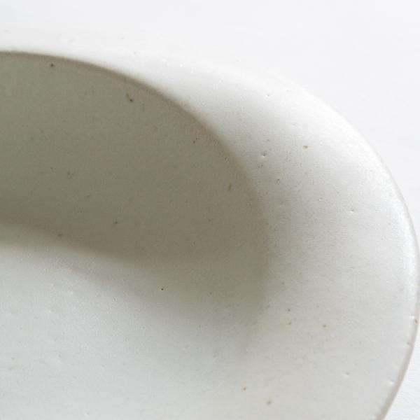 細かい鉄点や凹凸など表情に個性があるお皿です