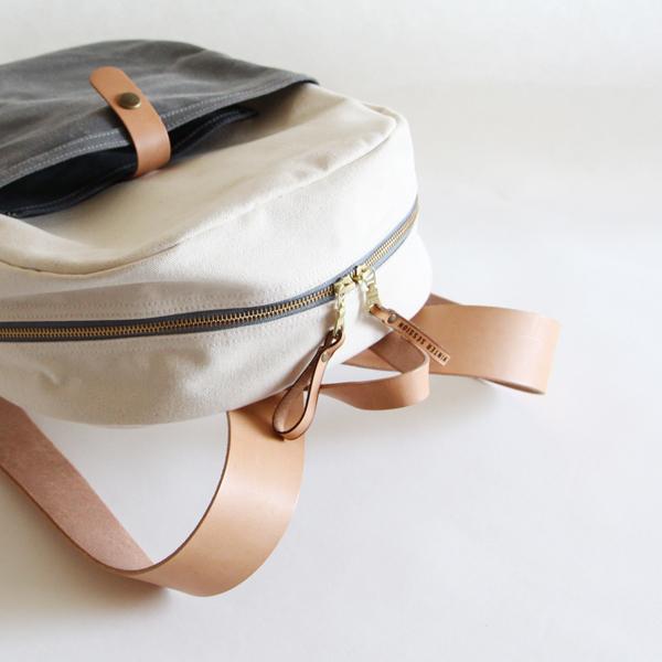 ヌメ革のベルトと生成りキャンバスで、柔らかい雰囲気にしたデザイン
