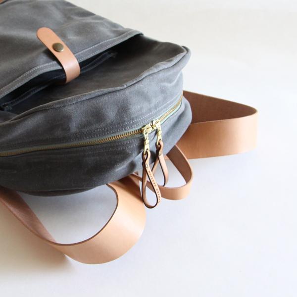 ヌメ革のベルトで、柔らかい雰囲気にしたデザイン